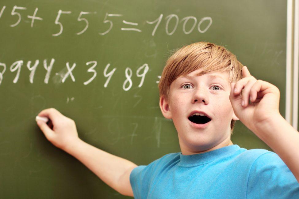 Ребенок решает пример по математике