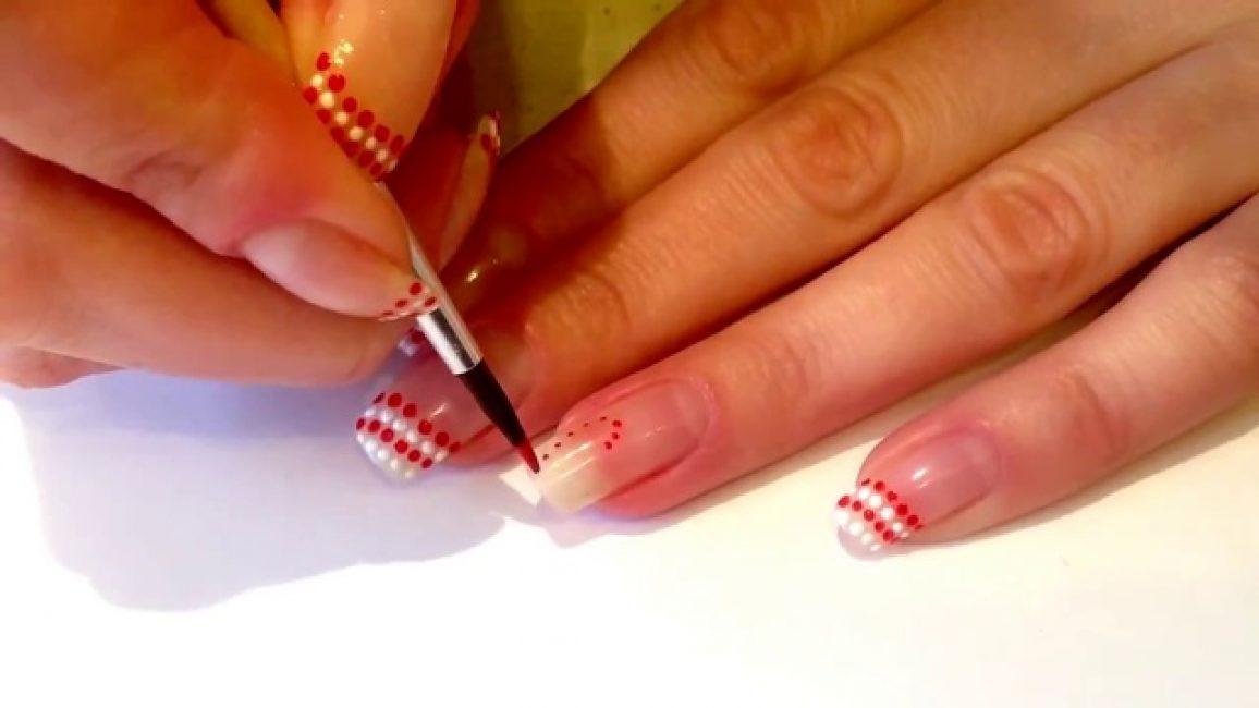 Лаком для ногтей можно рисовать различные узоры