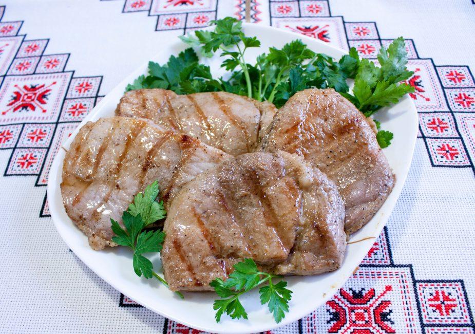 Свиной стейк на гриле с маринадом «Каркаде»