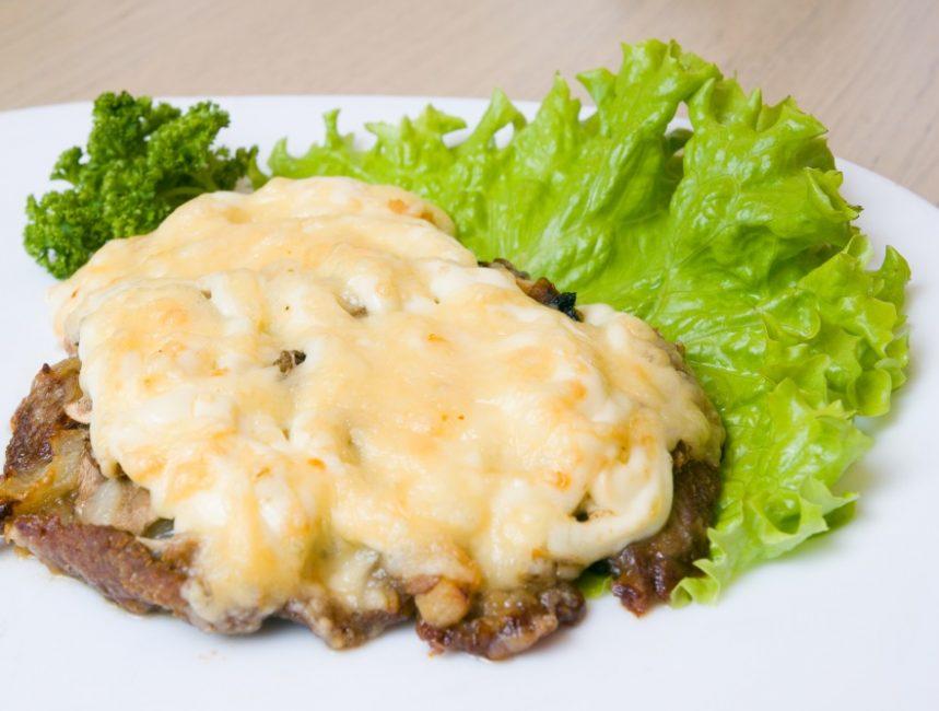 Стейки с сыром и грибами