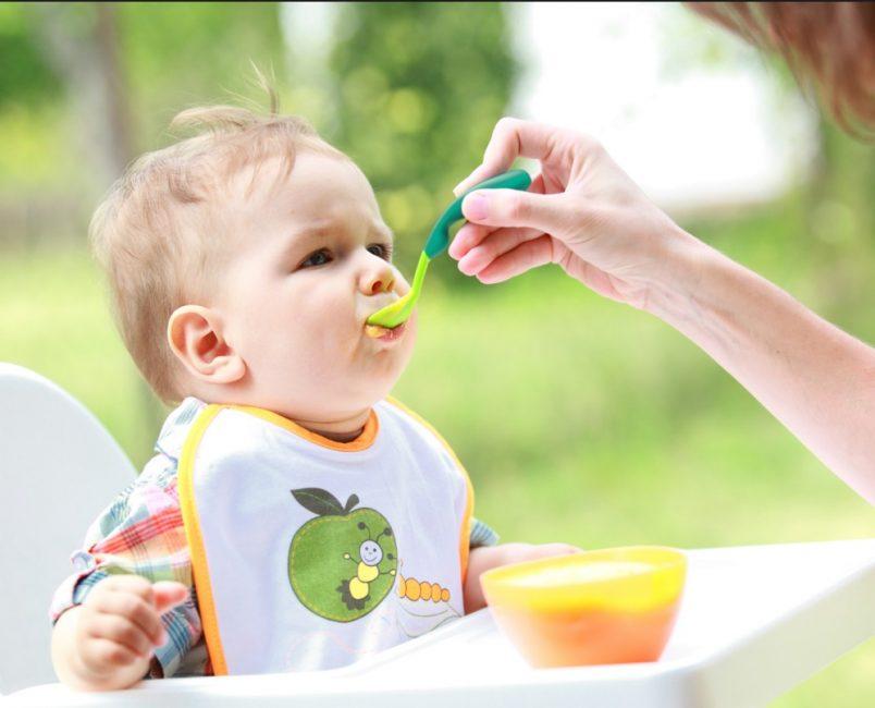 Большинство малышей отдают предпочтение фруктовым пюре и сладким кашам