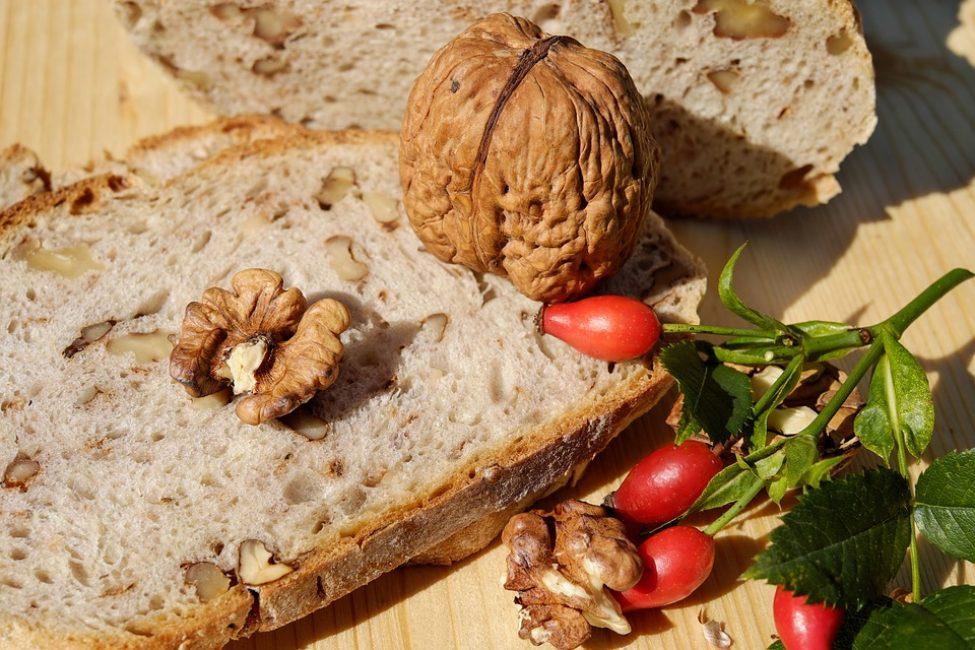Ржаной домашний хлеб, дополненный орешками и сухофруктами, является очень полезным продуктом