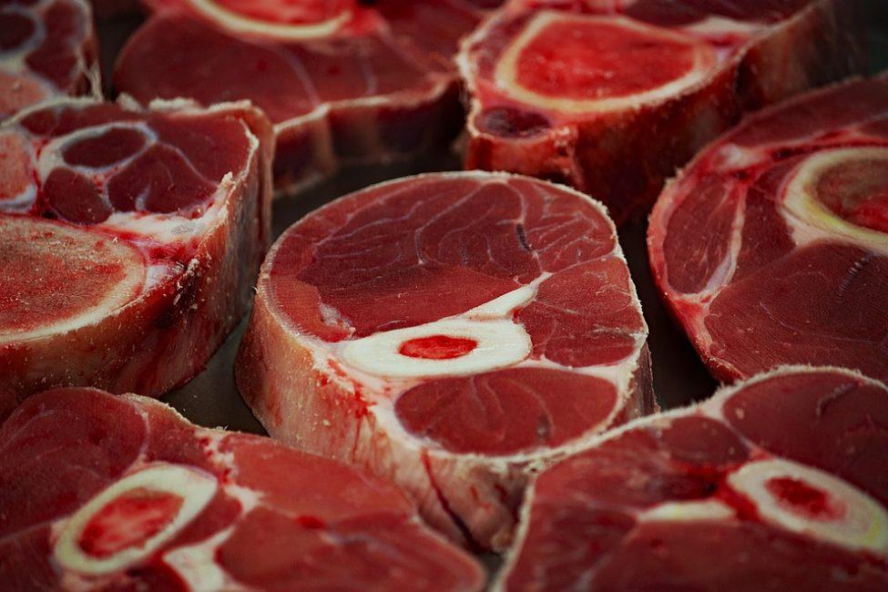 Для того чтобы заготовить мясо правильно, нужно разрезать его на порции и разложить их по разным пакетам