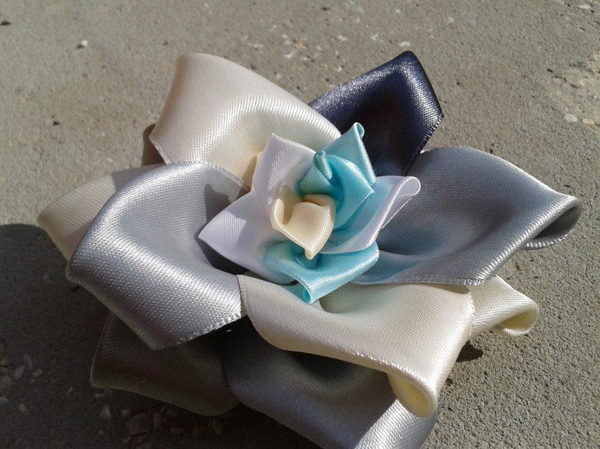 Готовая трехцветная роза из атласных лент