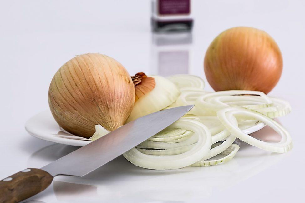 Для приготовления лукового хлеба можно использовать сырой и жареный лук