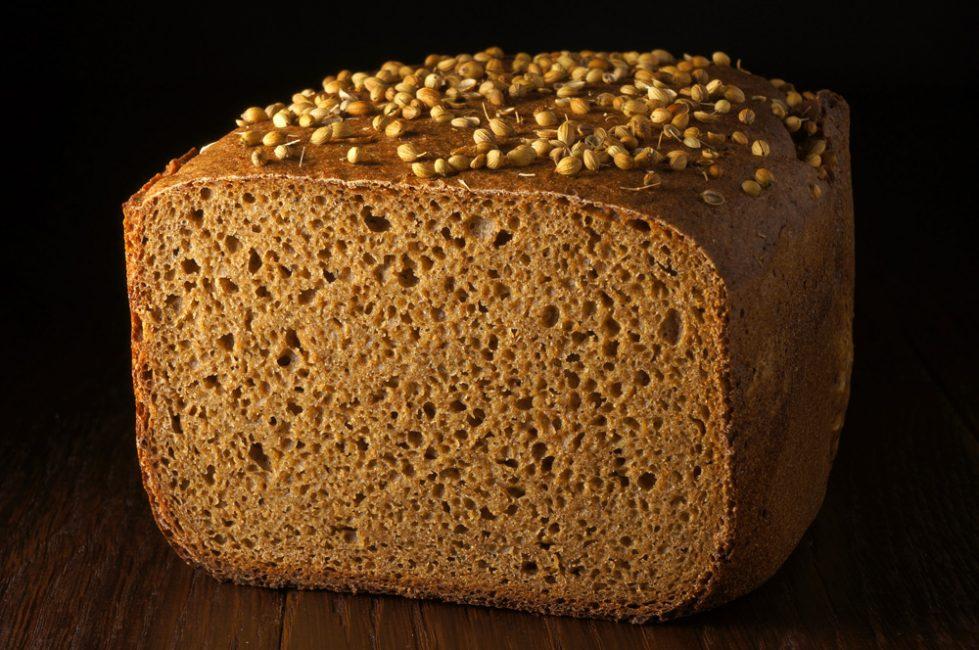 Чёрный хлеб, посыпанный семенами кориандра