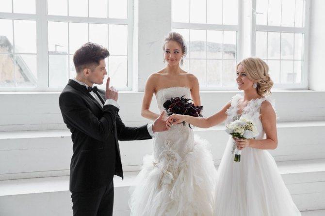 Две девушки в свадебных платьях — к спорам и разногласиям