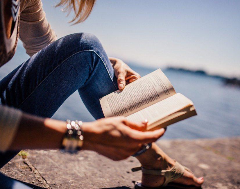 Спросите, любит ли девушка читать