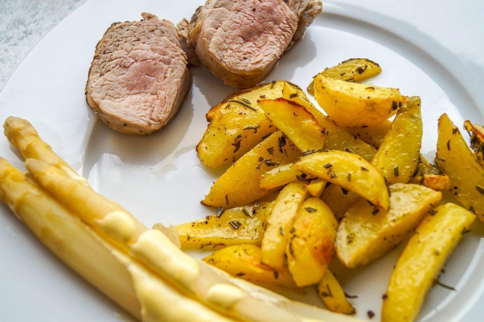 Нежное филе индейки с картофелем фри