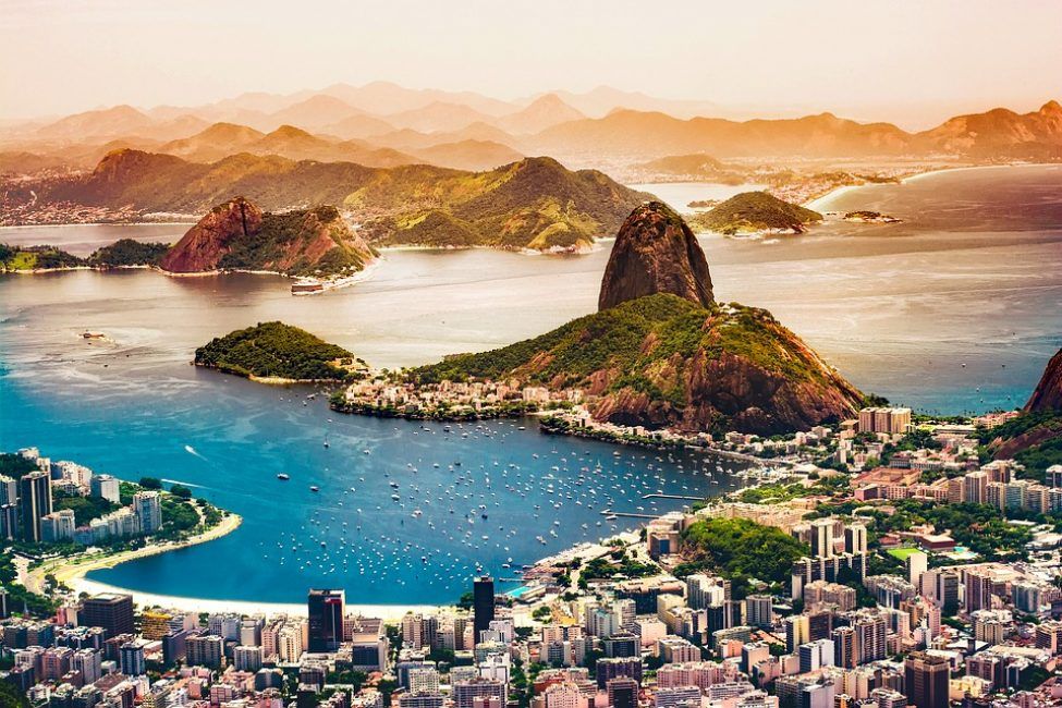 Толпы туристов приезжают Рио-де-Жанейро совершить путешествие по Амазонке, подняться к водопадам