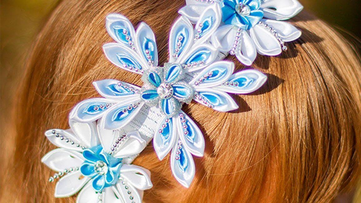 Обруч, украшенный цветами из атласных лент
