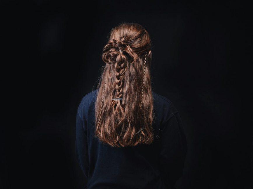 Хвост колоска делится на две части и из них плетется две косы, которые складываются восьмеркой.