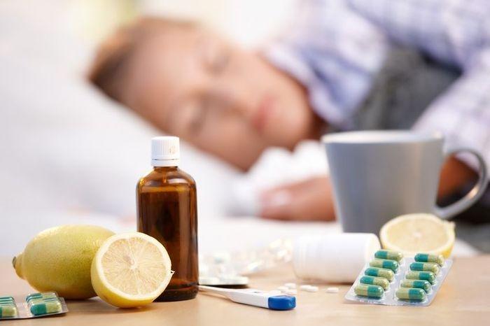 Боль при глотании распространена как при вирусных, так и бактериальных инфекциях. Это связано с тем, что слизистые оболочки горла краснеют и часто высушиваются (например, в результате сна с открытым ртом)