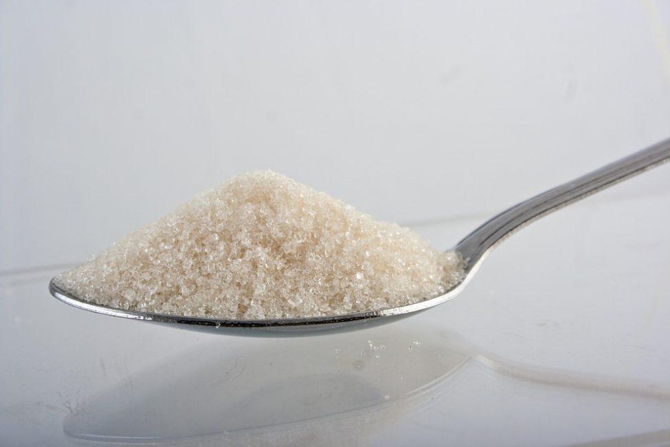 Главный параметр – это не вид углевода, а его количество. Жир строится из избытка глюкозы, углеводы переходят в жиры. Если нет избытка углеводов, пусть это будут даже только простые, человек не растолстеет