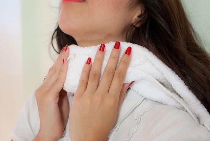 Компрессы помогут избавиться от боли в горле и приступов кашля