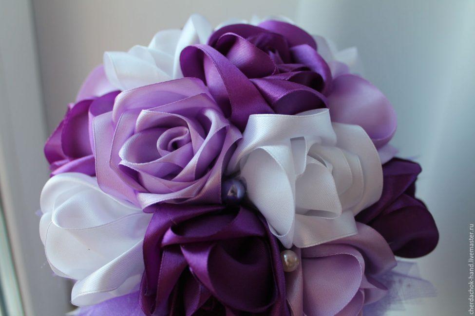Букет из атласных цветов