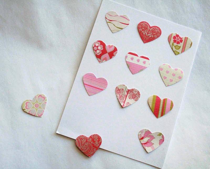 Расположите сердечки на картоне
