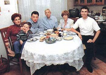 Молодой Галкин с семьей