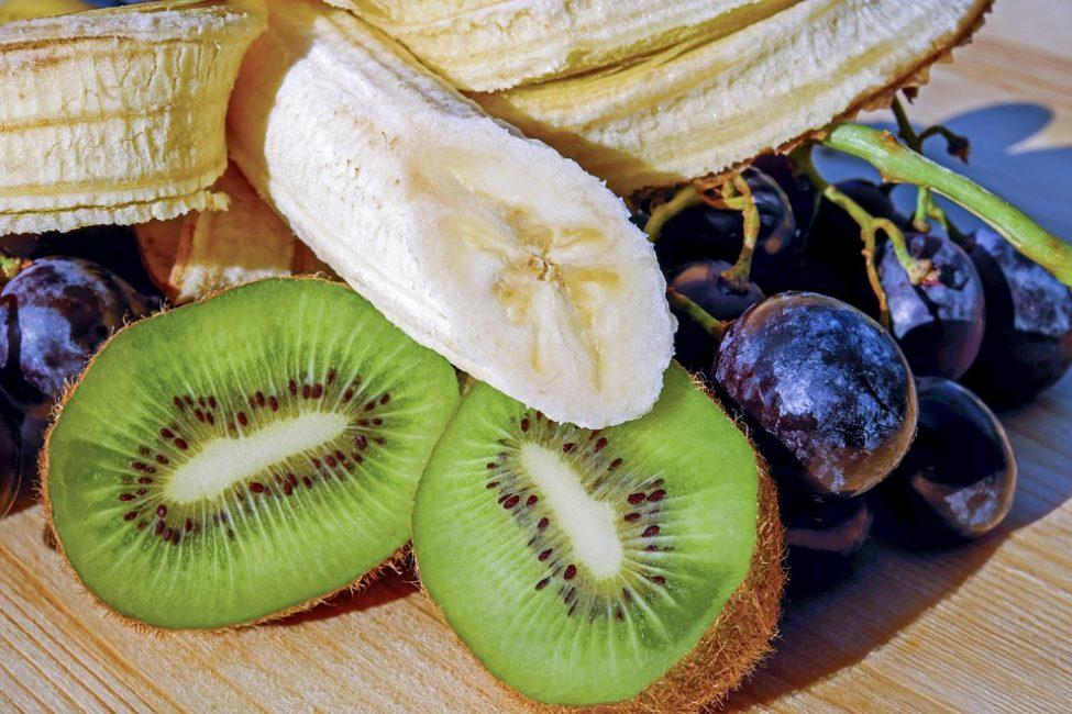 Благодаря богатому содержанию клетчатки и питательных веществ фрукты позволяют почувствовать сытость, получив при этом меньшее количество калорий