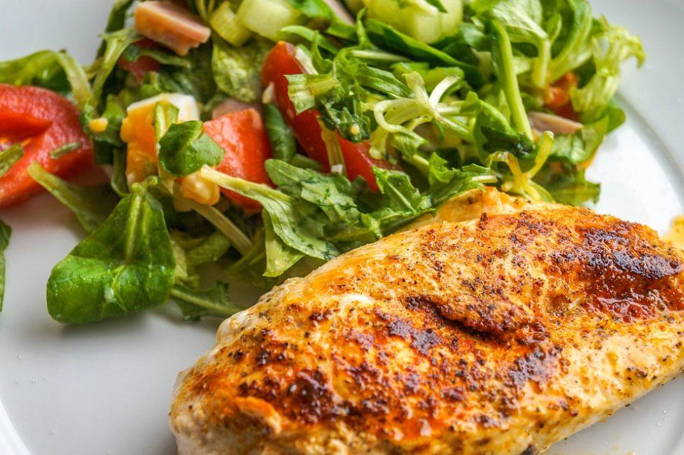 Свежие овощи гармонично сочетаются с мясом птицы