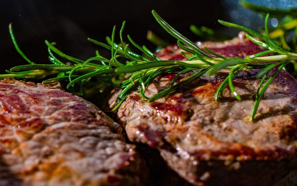 Мясо подают с соусом