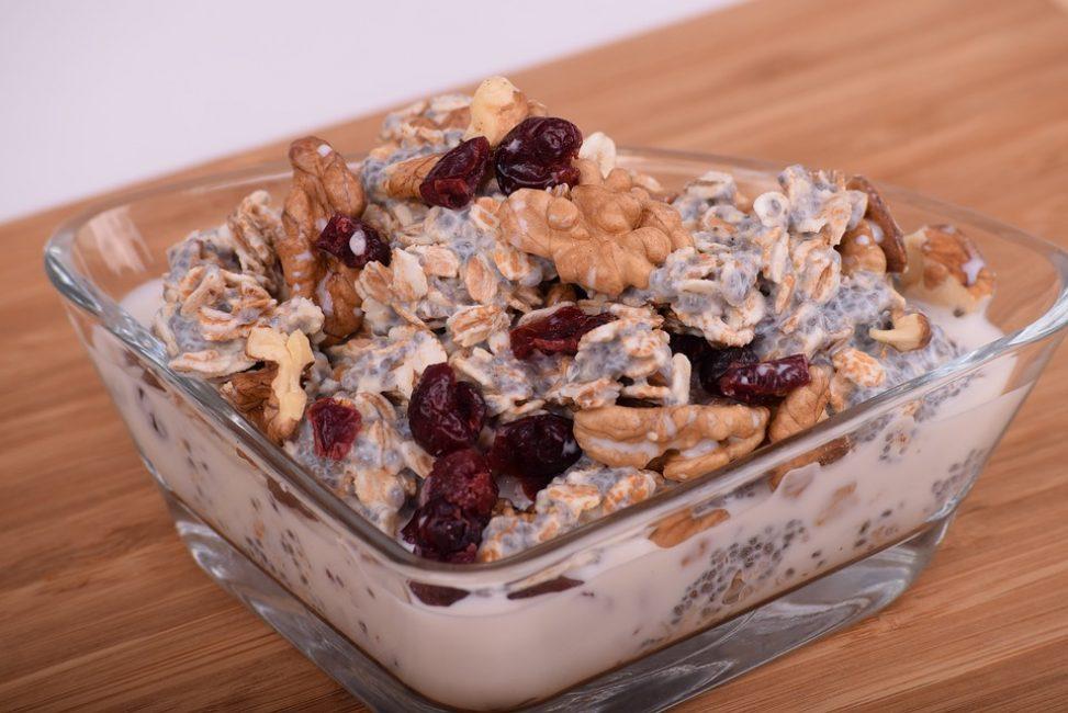 Разнообразьте блюдо добавками – орехами, сухофруктами, тёртым шоколадом
