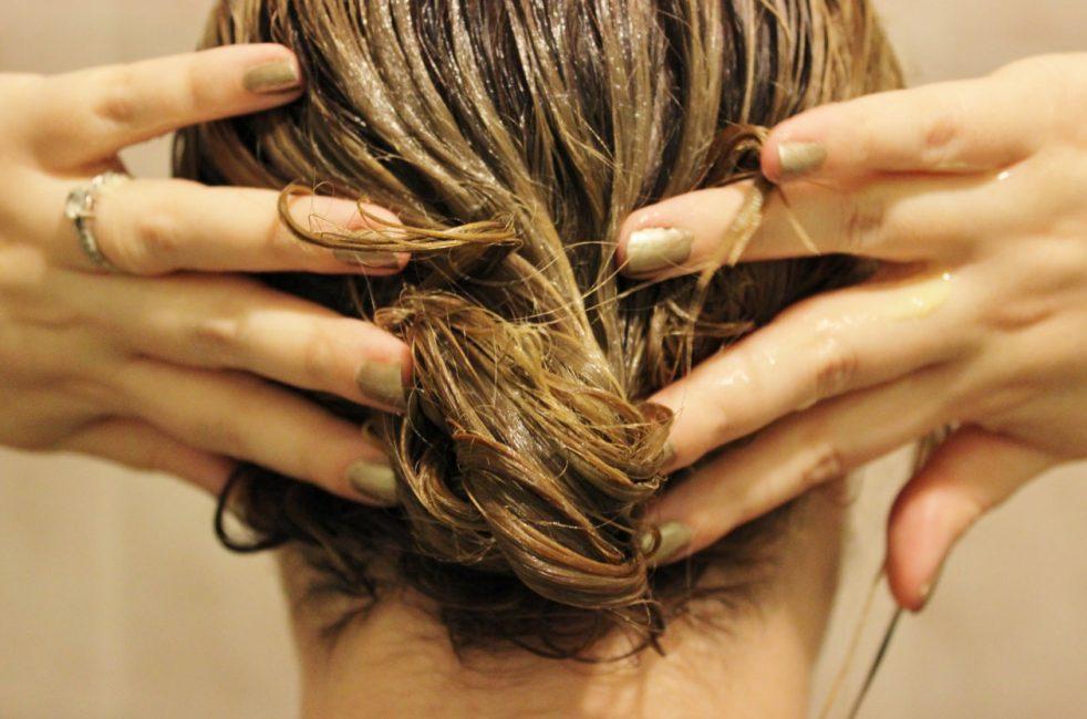 Корицей можно слегка осветлить темные волосы