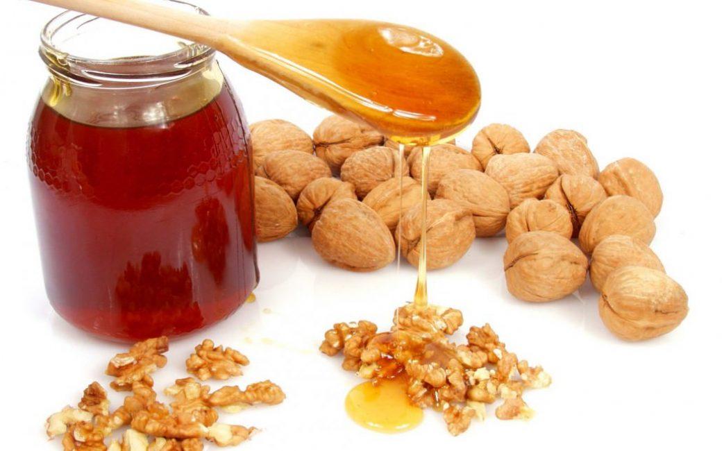 Натуральный мед и орехи
