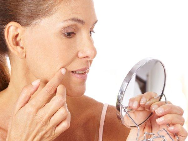 Женское лицо с возрастом не только приобретает морщины, но и теряет эластичность мышц