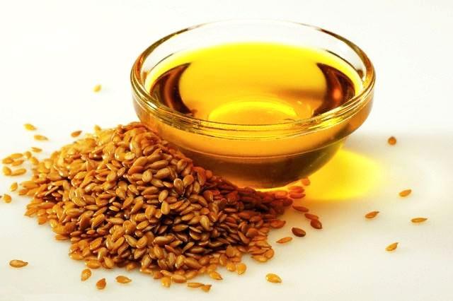 Употребление в пищу семян льна способствует похудению, очищению организма от холестерина и токсинов. Как правило, принимают их вместе с кефиром или йогуртом.