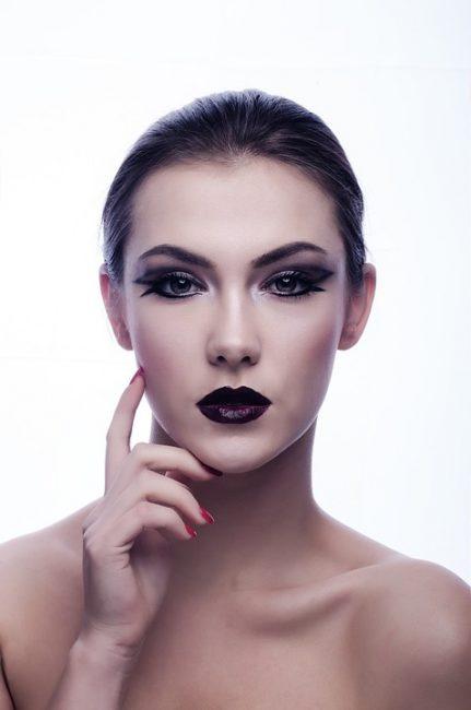 У сухой кожи мелкие поры, из-за чего она матового оттенка, более нежная и требует косметических процедур по увлажнению