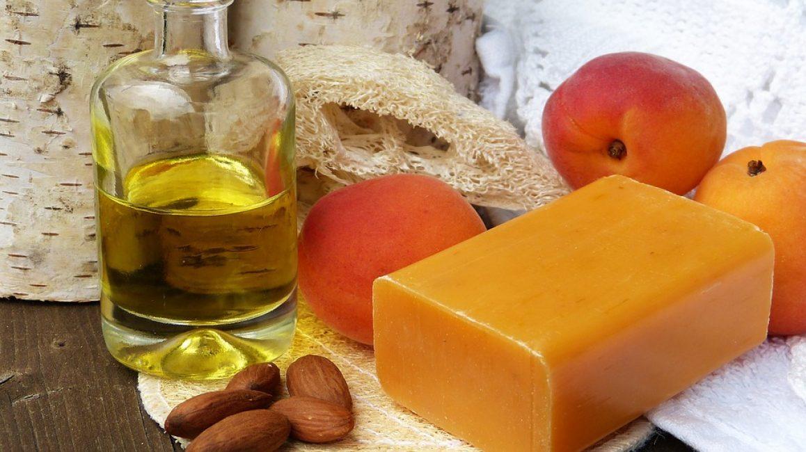 Для сухой кожи рекомендовано выбирать тональный крем, что не только уберёт недостатки, но и будет активно её увлажнять