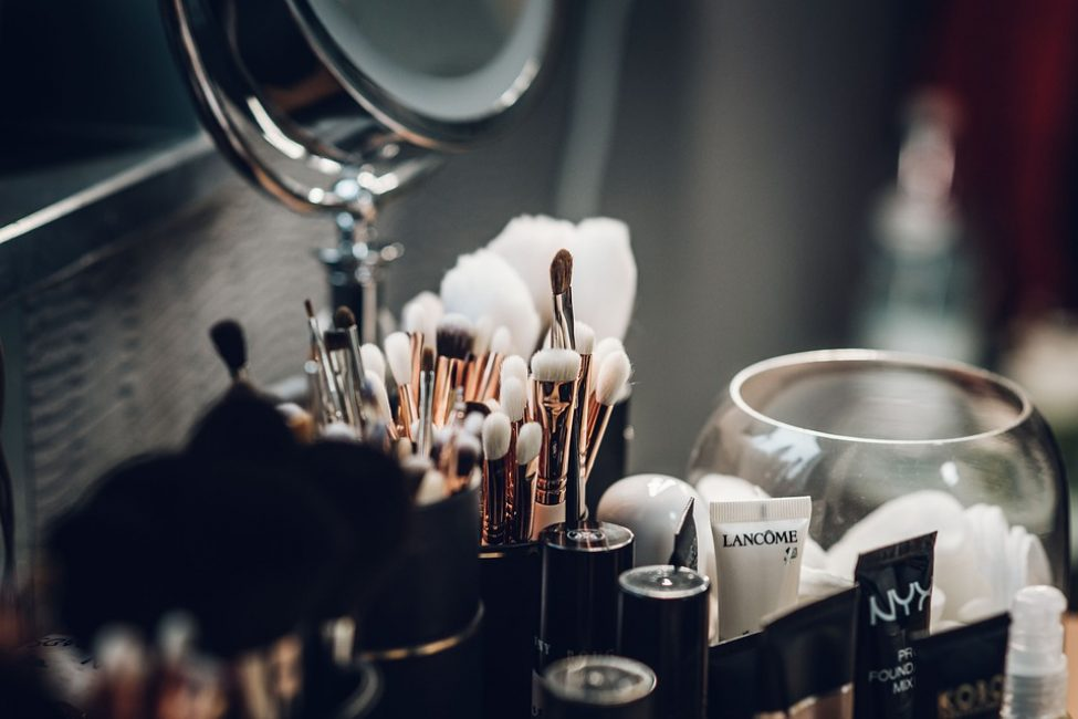 Для взрослой кожи лучше подобрать тональные средства с эффектом лифтинга. Они не только уберут мелкие морщины, но и будут ухаживать за ней, питая витаминами и минералами, повышая естественное вырабатывание коллагена в клетках кожи лица