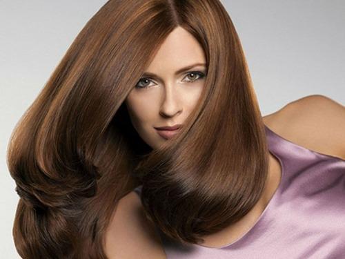 Применение хны для окрашивания каштановых волос возможно!