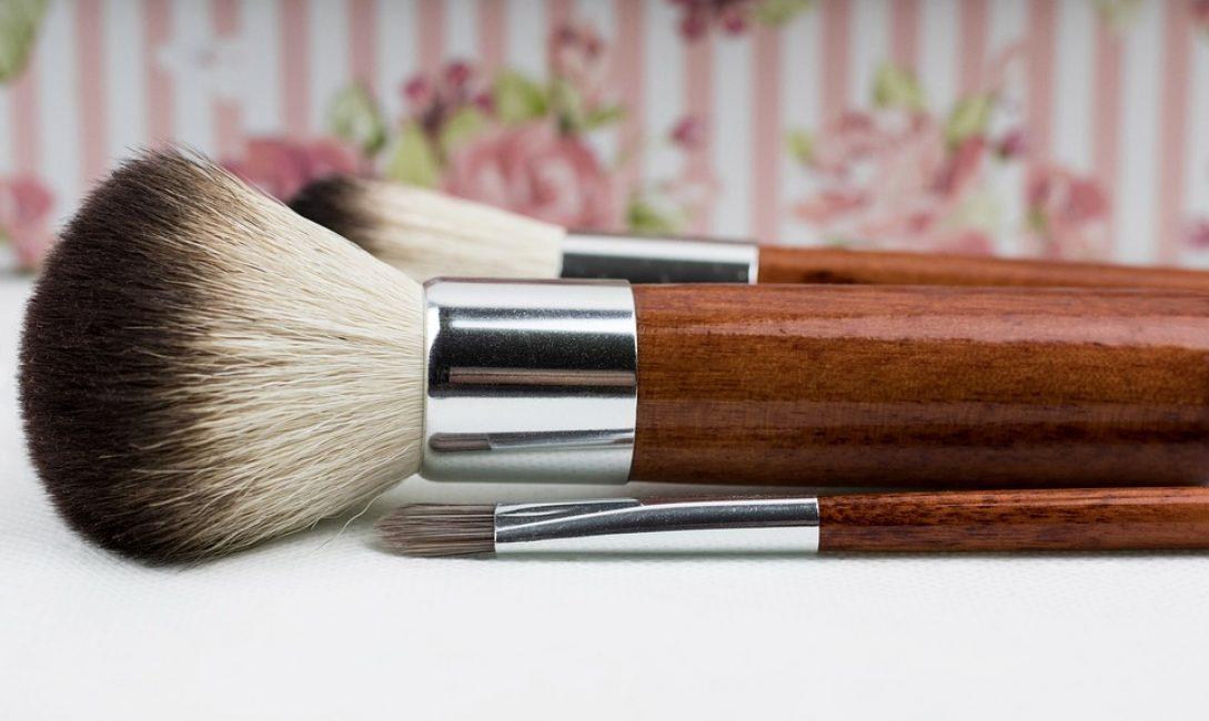 Первое и самое главное правило заключается в том, что цвет тонального крема должен обязательно совпадать с естественным цветом вашей кожи