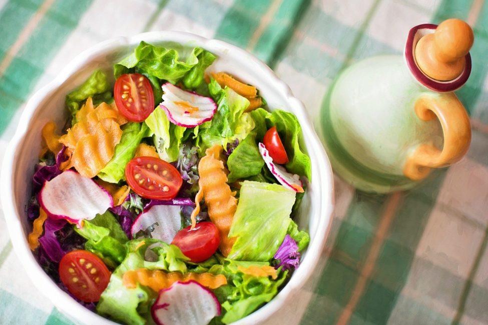 Употребляйте овощные салаты без растительного масла и майонеза