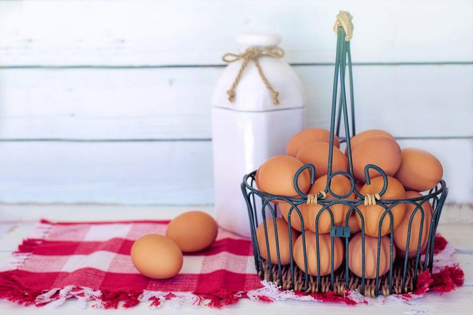 Ингредиенты для умягчающей маски на основе желтков мёда и растительных масел