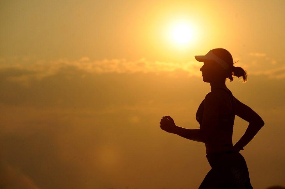 Не стоит, однако, увлекаться и жить в спортзале. Достаточно либо двух-трех походов в спортзал либо записи в бассейн, на фитнес или йогу либо ежедневных длительных прогулок на свежем воздухе