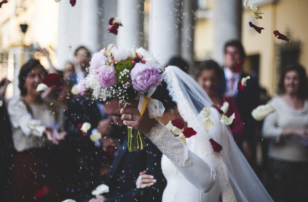 И конечно, при выборе цветов необходимо учесть стиль свадебного платья, который вы оденете, время года, в которое ваша свадьба состоится.