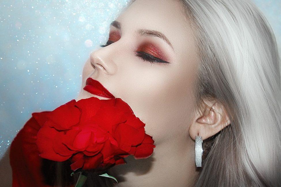 Меньше пользуйтесь декоративной косметикой, основные усилия направьте на лечение и профилактику, а не на маскировку. Кожа без морщин – это просто