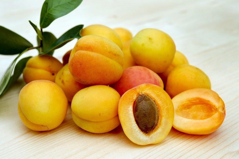 Массу из фруктов нужно поместить в марлю, после чего положить на закрытые глаза и выдержать в течение 15 минут