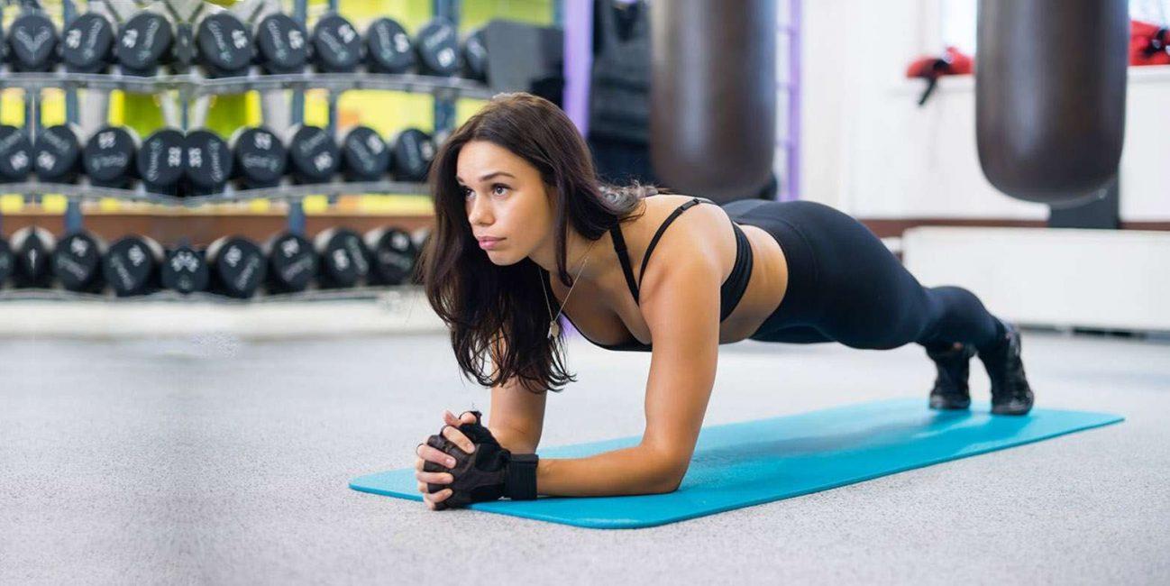 Планка тренирует практически все группы мышц