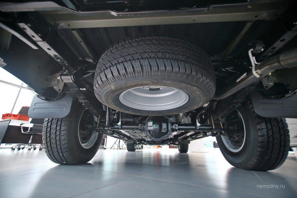 Задняя подвеска Тунланда, хорошо видно запасное колесо
