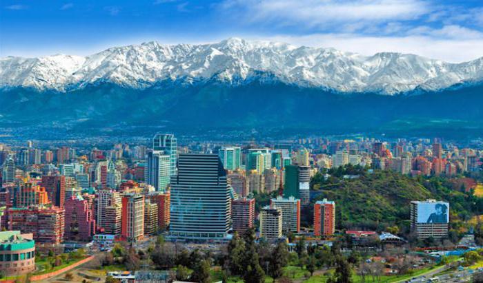 Столица Чили «на фоне» Анд