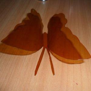 Вырезанная из бутылки бабочка