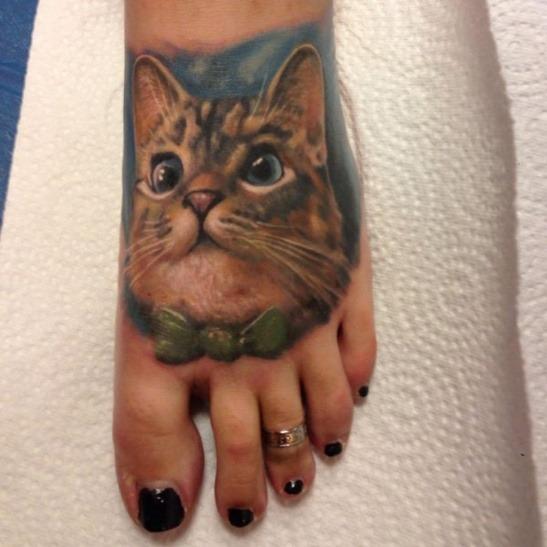 Реализма много не бывает. Рука так и тянется погладить котика и его хозяйку.