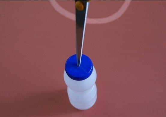Сделайте отверстие в крышке бутылки