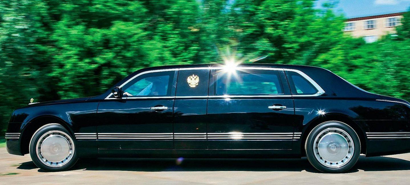 Хорошо виден герб России на центральной стойке на макете автомобиля