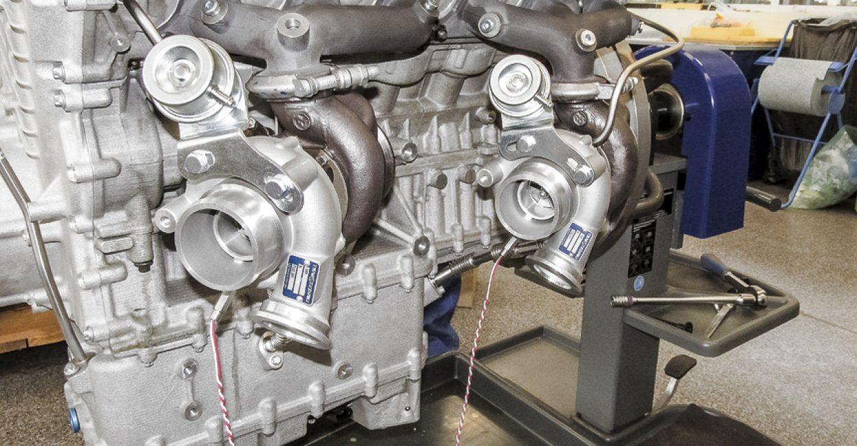 На фото двигателя хорошо видны две из четырёх турбин двигателя V12