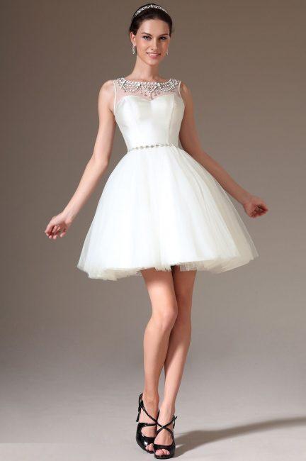 Короткое свадебное платье, украшенное жемчугом